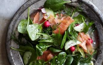 Салат из шпината с копчёным лососем с лимонной заправкой.