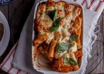 Паста (макароны), запечённая с курицей и сыром пармезан. Запеканка из макорон Ригатони.