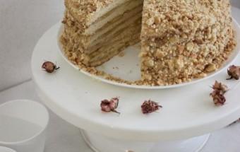 медовый торт с заварным кремом и бананами