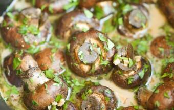 грибы с чесноком и травами в мультиварке