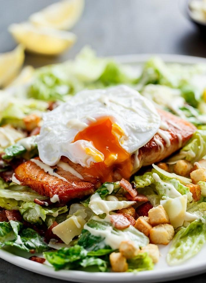 Салат Цезарь с жареным лососем и авокадо
