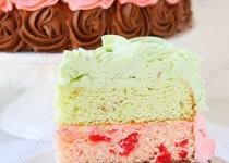 Трёхцветный торт из фисташкового, вишнёвого и шоколадного бисквита и трёх видов крема.
