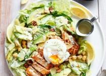 Салат Цезарь с жареным лососем и авокадо./Рецепт с фото