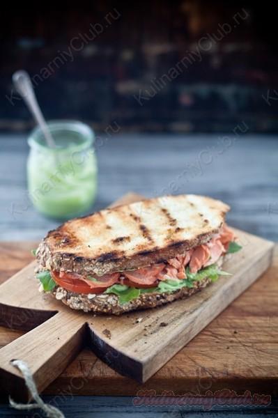 Бутерброды с лососем, соусом  из авокадо