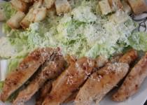 Салат цезарь — упрощённый вариант, без помидоров и яиц