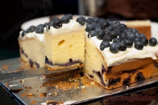 Черничный пирог с глазурью из сливочного сыра