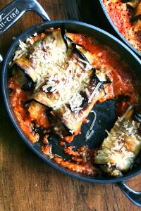 рулетики из баклажан с рикоттой, запеченные в томатном соусе.
