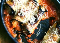 Рулетики из баклажан с сыром рикотта, запечённые в томатном соусе.