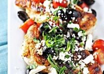 Куриная грудка по-гречески с маслинами, помидорами черри и сыром фета.
