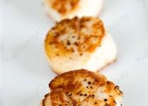 Жареные морские гребешки под соусом из белого вина
