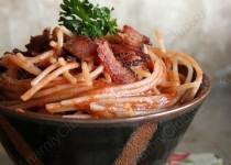 Паста с томатным  соусом и беконом