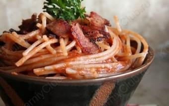 Паста с томатным соусом и беконом фото