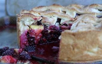 Пирог с персиками и ежевикой фото