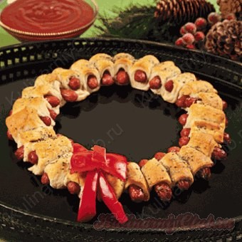 Рождественский съедобный венок сосиски в тесте.