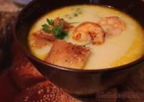 Сырный суп с креветками и гренками.