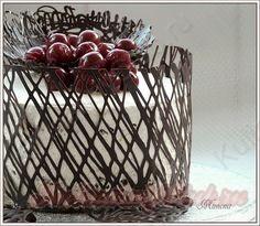 украшение шоколадным кружевом и разнообразными финурами