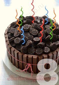 Ещё один похожий способ-украшение торта шоколадкой Kit Kat.