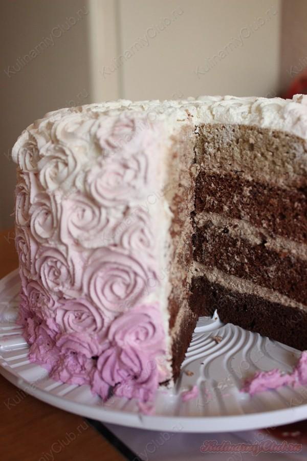 Шоколадный торт омбре со взбитыми сливками.