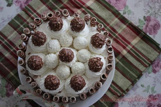 Кокосовый торт-суфле с вишней, украшенный конфетами раффаэлло и фереро роше